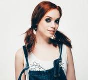 Modemädchenfrauenhippie-Porträt Das Mädchen mit dem roten Haar im Denim kleidet Stockfoto