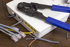 Modem, câble de réseau et sertisseur pour le modem de rabattement de puces image libre de droits
