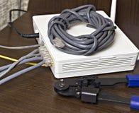 Modem, câble de réseau et sertisseur pour le modem de rabattement de puces photographie stock