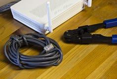 Modem, câble de réseau et sertisseur pour le réseau de rabattement de puces photos stock