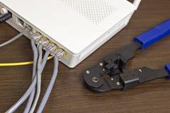 Modem, câble de réseau et sertisseur pour les puces de rabattement image stock