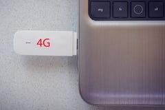 modem 4G förbindelse i modern anteckningsbokcloseup Arkivfoton