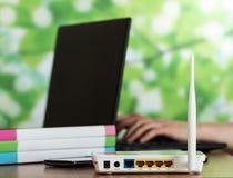 Modem i smartphone, laptop przy pracą na stole obrazy royalty free