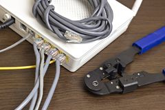 Modem, Netzkabel und Bördelmaschine für Kräuselungschipmodem lizenzfreies stockfoto