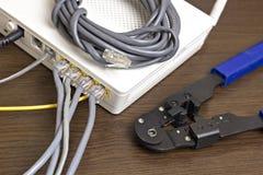 Modem, Netzkabel und Bördelmaschine für Kräuselungschips lizenzfreie stockfotos