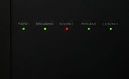 Modem pokazuje czerwone światło wskazuje żadny połączenie z internetem zdjęcia stock