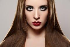 Modemake-up u. -kosmetik. Schönes Baumuster mit den roten Lippen, gerades Haar Lizenzfreies Stockfoto