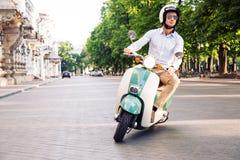 Modeman som kör en sparkcykel Arkivfoton