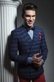 Modemann, der nahe weißer Spalte aufwirft Stockfotos