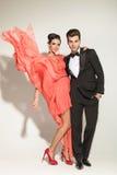 Modemann, der seinen Liebhaber umfasst Stockfoto