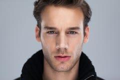 Modemann-Gesichtsabschluß oben über grauem Hintergrund Lizenzfreies Stockbild