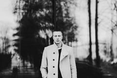 Modemann im Mantel stockfotografie