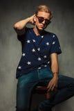 Modemann mit Sonnenbrille hält Hand auf seinem Hals Lizenzfreie Stockbilder