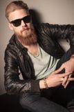 Modemann mit Sonnenbrille und Lederjacke Stockfotografie