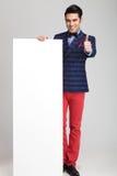 Modemannen som visar tummarna, up tecknet Arkivfoton