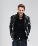 Modemannlächeln über grauem Hintergrund stockfotos