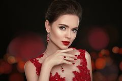 Modemodell Diamond Jewelry Härlig ung kvinna med makeup Royaltyfria Bilder