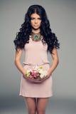 Modemodell Girl i liten rosa färgklänning Arkivbild