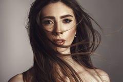 Modemodell Girl Portrait med långt blåsa hår royaltyfria foton
