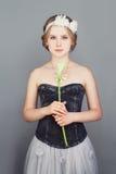 Modemodell Girl Tonåringflicka som bär en studentbalklänning royaltyfri bild