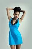 Modemodell i blå klänning fotografering för bildbyråer