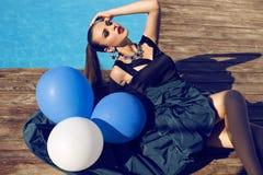 Modemodell i den lyxiga klänningen som poserar med ballonger Arkivfoton