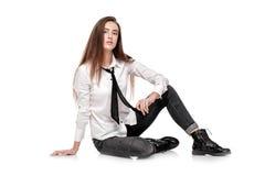 Modemodell i den vita skjortan och bandet Royaltyfri Foto