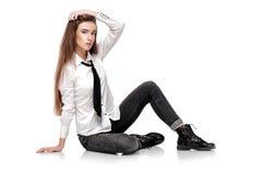 Modemodell i den vita skjortan och bandet Arkivfoton