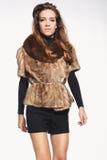 Modemodell i en trendig väst med päls Royaltyfri Fotografi