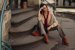 Modemodell i gata Härlig kvinna i trendig kläder Arkivfoto