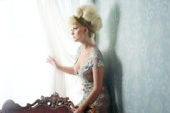 Modemodell i härlig klänning Royaltyfri Bild