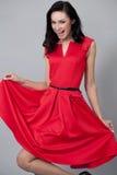 Modemodell i lång röd klänning Royaltyfri Fotografi