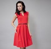 Modemodell i lång röd klänning Royaltyfria Bilder