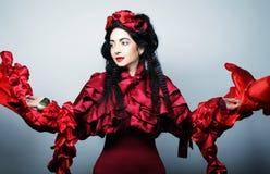 modemodell i röd dräkt för elegans Arkivbilder