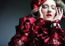 modemodell i röd dräkt för elegans Arkivbild