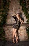 Modemodell i svart klänning Arkivfoto