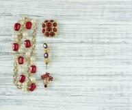 Modemodell Jewelry Tappningsmyckenbakgrund Härlig ljus bergkristallbrosch och halsband på wood bakgrund Lekmanna- lägenhet, överk Royaltyfri Foto