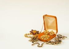 Modemodell Jewelry Tappningsmyckenbakgrund Härliga ljusa bergkristallbroscher och halsband i en smyckenask på den vita backgrouen Arkivfoto