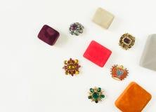 Modemodell Jewelry Tappningsmyckenbakgrund Härliga ljusa bergkristallbroscher och smyckenaskar på vit bakgrund Lekmanna- lägenhet Royaltyfria Bilder