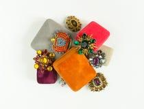 Modemodell Jewelry Tappningsmyckenbakgrund Härliga ljusa bergkristallbroscher och smyckenaskar på vit bakgrund Lekmanna- lägenhet Arkivbild