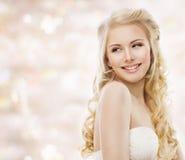 Modemodell Long Blond Hair, kvinnaskönhetstående, lycklig flicka royaltyfri bild