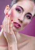 Modemodell med full rosa makeup för skönhet Arkivfoton
