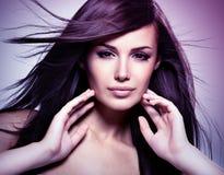 Modemodell med långt rakt hår för skönhet Arkivbild