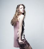 Modemodell med lockigt hår Royaltyfria Bilder