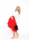 modemodell med lyxigt hår och den röda kjolen Arkivfoton