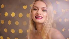 Modemodell som ler se kameran i bokeh för gula ljus, ultrarapid lager videofilmer