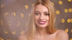 Modemodell som ler se kameran i bokeh för gula ljus, ultrarapid arkivfilmer