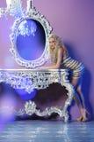 Modemodell som poserar i glamorös inre Royaltyfri Fotografi