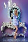 Modemodell som poserar i glamorös inre Arkivfoton