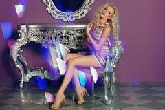 Modemodell som poserar i glamorös inre Arkivbilder
